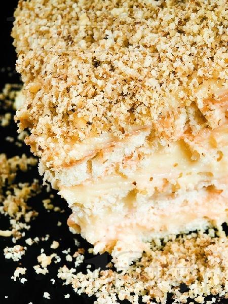 Бисквитена торта без печене с натрошени обикновени бисквити закуска, крем ванилия и орехи - снимка на рецептата